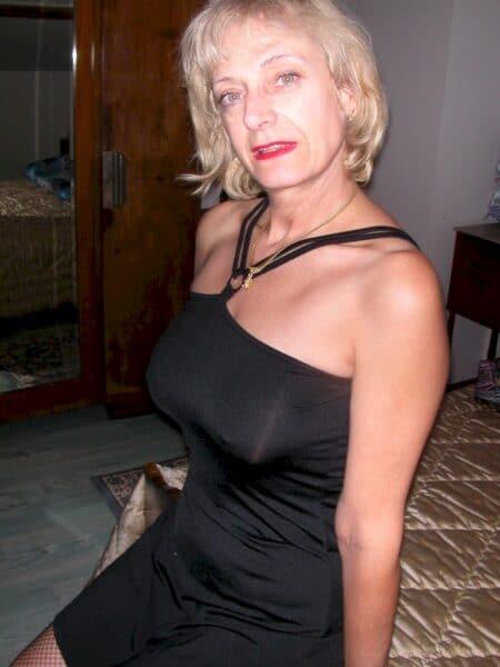 Adoptez une femme cougar sexy très salope