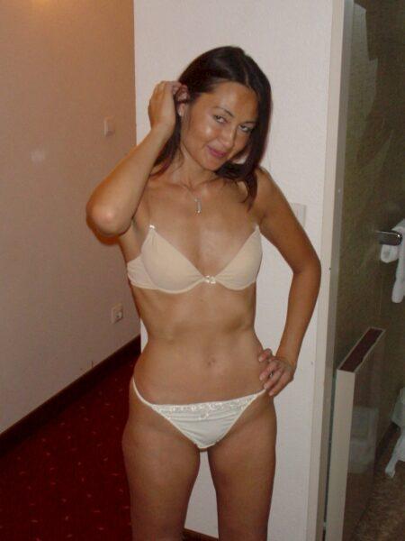 Femme asiatique sexy dominante pour coquin qui obéit