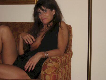 Femme cougar sexy autoritaire pour coquin qui obéit